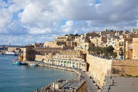 مالطا:- وتقع في البحر الأبيض المتوسط، وهي دولة أوروبية تتكون من ثلاث جزر مأهولة بالسكان، وجزر أخرى غير مأهولة، و لمالطا تاريخ