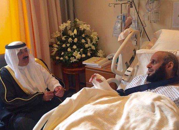 الأمير متعب بن عبدالله يطمئن على صحة الشيخ القرني