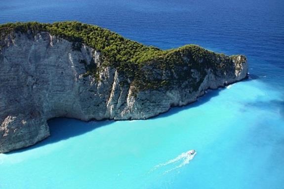اليونان:- وتقع في جنوب شرق أوروبا، وتتكون من نحو 1400 جزيرة، ورغم ذلك فإن 169 جزيرة منها فحسب هي المأهولة بالسكان، ومن أفضل ال