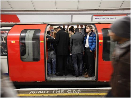 """تعد محطة مترو """"واترلو"""" أكثر محطات مترو الأنفاق ازدحامًا في لندن, إذ يدخلها أكثر من 57 ألف شخص خلال الذروة الصباحية فقط  ."""