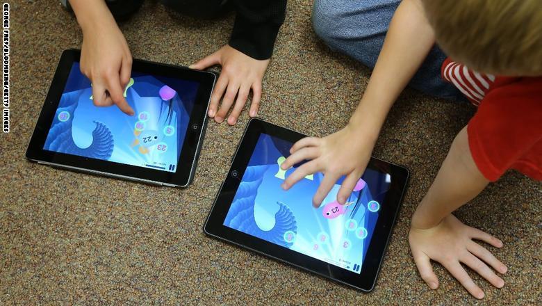 مدارس في كندا والولايات المتحدة، تمت الاستعاضة عن الأوراق والأقلام بأجهزة الكمبيوتر اللوحي