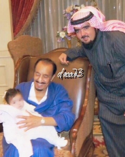 عبدالعزيز بن فهد ينشر صورة تجمع ابنته الجوهرة مع الملك سلمان