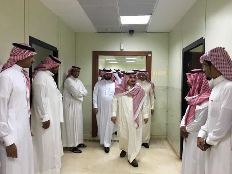 بالصور.. جولة مفاجئة لأمير الرياض على صالات المراجعين بالإمارة