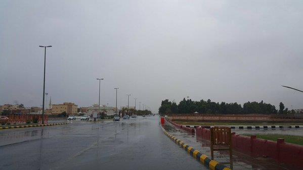 بالصور.. الأمطار تحتجز باص ركاب بعرعر.. والدفاع المدني يعمل على إنقاذهم